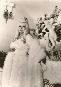 mae-west-in-the-1970s-in-front-of-her-piano-where-her-nude-statue-stood
